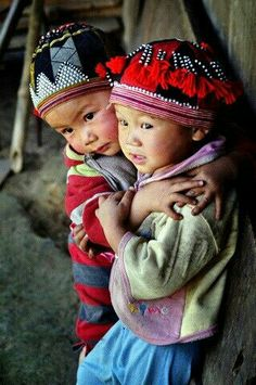 Hug (Sapa, Hill Tribe, Vietnam) Photo: Jeffri Ricardo -- Brother and sister showing their loves when i took their picture. Precious Children, Beautiful Children, Beautiful Babies, Beautiful People, Kids Around The World, We Are The World, People Of The World, Little People, Little Ones
