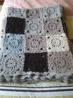 """Voici mon premier plaid, 112 grannys ronds carrés, 700 gr. de laine de 5 couleurs (Mondial, """"Ami""""), crochet nº3,5. Med. 150 x 95..."""