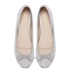Seeds Marchas feature a silver synthetic leather upper, Marcha printed lining and a nude polyurethane insole. They are comfortable and little girls just LOVE. Ballerina Flats, Chanel Ballet Flats, Luanna Perez, Zooey Deschanel, Cute Woman, Little Girls, Lady, Leather, Shoes