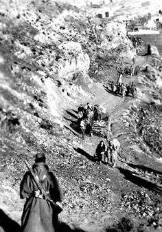Un soldado observa la evacuación de la población civil en el frente de Teruel.