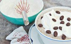 Mokkadessert En skøn dessert med en perfekt kombination af kaffe, chokolade og flødeskum.