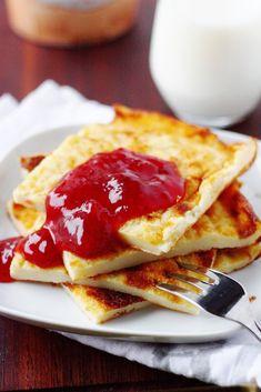 """Tässä astetta terveellisempi pannukakku. Pannarin """"erikoisuutena"""" ontaikinaan upotettu proteiinilisä eli maitorahka, joka ei kuitenkaan maistu lopputuloksessa. Pannukakku teki ainakin meillä hyvin kauppansa; tytöt (5v. ja 2v.) söivät isosta pellillisestä kahdestaan noin 2/3 yhdellä istumalla iltapalal… Healthy Baking, Healthy Desserts, Beignets, Finnish Recipes, Good Food, Yummy Food, Sweet Pastries, Sweet And Salty, Desert Recipes"""
