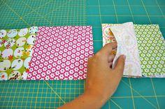 In der Anleitung wie man eine Patchwordecke näht, lernt man im zweiten Teil des Tutorials wie man das Top der Decke herstellt. Inklusive vielen Bildern