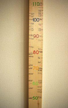 ホームセンターでお手ごろな値段の木材を購入。 アクリル絵の具で文字を書き目盛もつけて身長計をつくりました。 家の柱に身長を刻む映像を目にするけれど賃貸...