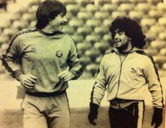 'Tarzán' Migueli (izquierda) y Diego Armando Maradona (derecha), en el Camp Nou. Migueli fue clave para contener a Maradona en momentos puntuales en el Barça, y años después fue el primer técnico del fútbol base que recomendó al FC Barcelona que fichara a Lionel Messi a la edad de 13 años. 'Tarzán' ha sido uno de los grandes avaladores de los dos barçargentinos más legendarios.