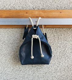 Sac à dos minime noir Le cuir vieillira magnifiquement ! La corde est douce. Correspond à un Mac 13  Particularité : en ajustant la corde, vous