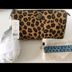 """NWT Tory Burch Kerrington Cross Body Tory Burch Kerrington Cross Body Wallet - Ocelot Animal Print    A slim and petite style in animal print coated canvas with a versatile, detachable strap.    Detachable adjustable shoulder strap, 21""""-23"""" drop  Top zip closure  Six card slot  Fully lined  9""""W X 6""""H X 1""""D    Comes with original tags and dust bag! Tory Burch Bags Crossbody Bags"""