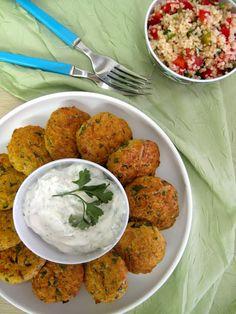 Τους ρεβιθοκεφτέδες τους γνώρισα και τους λάτρεψα πριν από πολλά χρόνια στη Σίφνο. Παραδοσιακό έδεσμα του νησιού, φτιάχνονται με ρεβίθια, πατάτες, κρεμμύδι Greek Recipes, Desert Recipes, Light Recipes, Yams, Tandoori Chicken, Finger Foods, Healthy Living, Easy Meals, Food And Drink