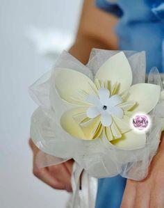 Un bouquet costituito da un unico fiore molto grande, ideale anche per le tue damigelle! #wedding #paper #bouquet #bouquetdicarta Bouquet, Corsage, Glamour, Retro, Grande, Bouquet Of Flowers, Bouquets, The Shining, Retro Illustration