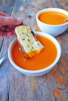 """Me encanta comer esta sopa con un trozo de pan campesino de buena calidad con algún queso rico derretido por encima y mientras voy comiendo la sopa puedo ir """"sopeando"""" el pan y acompañar este plato que es una maravilla."""