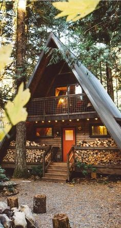 Cute woodsy tiny/small house. Love all the firewood to warm the fireplace. <3 Tiny House Living, Home And Living, Cabin Homes, Log Homes, Tiny Homes, Casa Alpina, Cozy Cabin, Cozy House, Cute Small Houses