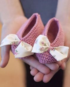 Mini Yo Knitting For Kids Crochet For Kids Baby Knitting Crochet Baby Boots Knit Crochet Tricot Baby Baby Hats Knitting Patterns Baby Hats Knitting, Knitting For Kids, Crochet For Kids, Crochet Baby Boots, Crochet Shoes, Lace Christening Gowns, Knitted Slippers, Crochet Gifts, Baby Booties