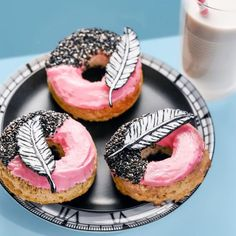 I Love this feathers 😻 Sweet Desserts, Sweet Recipes, Snack Recipes, Dessert Recipes, Delicious Donuts, Delicious Desserts, Yummy Food, Macarons, Cute Donuts