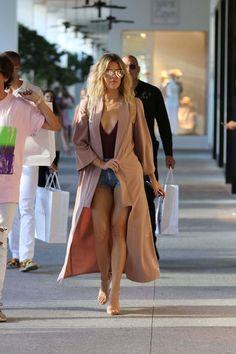 Kourtney And Khloe Kardashian Shopping In Bal Harbour In Miami - September 14, 2016