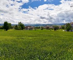 Bir bakıyorsun yağmur yağacak gibi kapalı, soğuk hava; bir bakıyorsun güneş açmış tam bahar havası. Mevsimin kafası karışık... �� #erbaa #tokat #turkey #türkiye #anadolu #anatolia #yeşil #green #manzara #gökyüzü #sky #doğa #nature #bulutlar #clouds #dağlar #mountain #bahçe #garden #tarla #farm http://turkrazzi.com/ipost/1521012443211833537/?code=BUbuMIolyDB