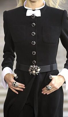 Chanel - Haute Couture - Fall / Winter 2001 this jacket is very bold. It is made more feminine with the white now and use of a bishop sleeve and also the feature buttons. Use of patch pockets is also common in Chanel jackets. Fashion Details, Look Fashion, Womens Fashion, Fashion 2018, Cheap Fashion, Affordable Fashion, Dress Fashion, Fashion Rings, Chanel Fashion Show