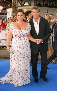 Keely Shaye Smith, journalist, and her husband Pierce Brosnan. Keely doesn't give in to the Hollywood pressure to be size zero and she is so beautiful.