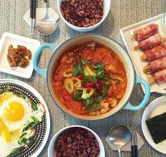 한국 밥상 Korean typical dinner set, plating Dinner Sets, Dinner Table, Home Food, Korean Food, Food Presentation, Seoul, Food To Make, Foodies, Food Photography