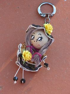 Ce magnifique porte-clés est réalisé par mes soins de façon artisanale à partir de capsule nespresso qui sont aplaties manuellement et percées, agrémentées de perle de bois - 9994365