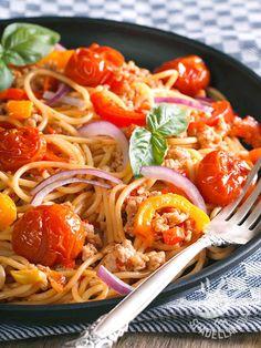 Una rivisitazione del ragù etrusco, con una nota saporita e gustosa: ecco gli Spaghetti al ragù di tacchino e verdurine!
