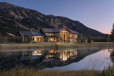 Delightful rustic home in Wyoming with a dramatic mountain backdrop This rustic mountain home was designed by Berlin Architects along with Lisa Kanning Interior Design, located in Teton Village, Wyoming. Mountain Home Exterior, Mountain Homes, Dream House Exterior, Ideas Cabaña, Wyoming Vacation, Aspen, Rustic Home Design, Mountain Modern, Copper Mountain