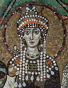 Emperatriz Teodora, pertenece al arte Bizantino, es de autor desconocido. Esta realizada en material de mármol en diferentes colores o teselas de barro cocido policromado. He elegido esta obra por el colorido del mosaico y porque la emperatriz aparece en un gesto serio con ojos muy abiertos, tenía que tener una gran personalidad.