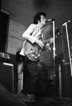 Pre-Clash era Joe Strummer performing with the 101ers, photo by Julian Yewdall ca 1975