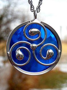 Stained Glass Celtic Spiral Triskele Pendant by trisha Celtic Stained Glass, Stained Glass Designs, Stained Glass Projects, Stained Glass Patterns, Stained Glass Art, Mosaic Glass, Fused Glass Jewelry, Glass Pendants, Triquetra