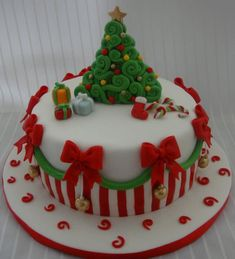 super ideas for cake fondant christmas sweets Christmas Cake Designs, Christmas Cake Decorations, Christmas Cupcakes, Christmas Sweets, Christmas Cooking, Holiday Cakes, Christmas Goodies, Xmas Cakes, Christmas Birthday Cake