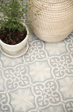 A thoughtful family apartment - Painted floor tiles Tile Floor Diy, Bathroom Floor Tiles, Painting Tile Floors, Style Tile, Kitchen Flooring, Balcony Flooring, Tile Patterns, Tile Design, Interior And Exterior