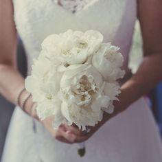 Super bouquet in Lake Como. . #lakecomo #weddingdress #weddingreportage #weddingphotography #weddingphotographer #weddinginspiration…