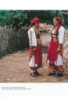 https://flic.kr/p/P1Ei6b   Veshje Popullore Shqiptare - Albanian Folk Costumes. Photo.N.B - 88   Costumi tradizionali in Albania  Come in molti paesi europei, i costumi tradizionali sono scomparse quasi del tutto dalla vita quotidiana. Tuttavia, se si è fortunati si possono trovare alcune persone in alta uniforme, il più delle volte le donne anziane dei villaggi, quando sono in corso di mercato o per un'occasione speciale.  I costumi popolari albanesi mostrano una grande diversità di stili e…