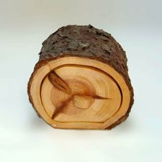 Joyero de madera. Joyero de madera de pino-Pinus pinaster-de un cajón. La corteza esta barnizada. Los frentes están pulidos con cera de abeja.