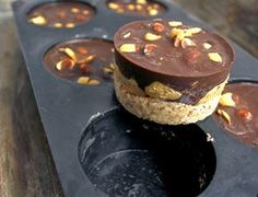 Peanut Chocolate Dessert with Almond Hazelnut Base Yummy Drinks, Yummy Food, Cake Recipes, Vegan Recipes, Norwegian Food, Raw Cake, Mini Cakes, Chocolate Desserts, No Bake Desserts