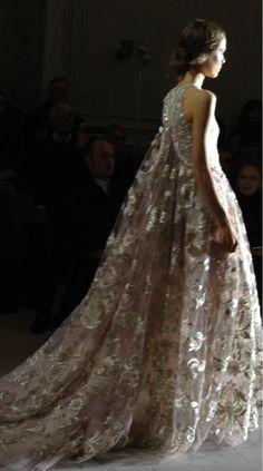 Robe 'Le règne du Printemps' de tulle de soie rose thé brodé de lamé lilas, perles, cristaux et raphia #Valentino