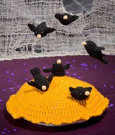 Blackbirds Baked in a Pie - free #crochet pattern on @RedHeartYarn! This is such an amazing piece - more like art! A fantastic bit of Halloween decor, or great in a nursery/preschool for nursery rhyme play!