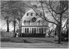 """Es conocida la terrorífica historia que rodea al caserón ubicado en Ocean Avenue 112, en el barrio de Amityville, en Nueva York. El 15 de noviembre de 1974, el hijo mayor de los DeFeo asesinó a sangre fría a su familia entera: un total de seis personas. Cuando lograron que el joven confesara, dijo que lo hizo porque """"voces"""" se lo ordenaron."""