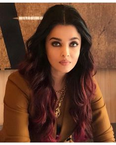 The most stunning Aishwarya Rai Bachchan in our vintage Chanel triple CC long necklace today which she doubled up and wore today😍😍 Aishwarya Rai Young, Aishwarya Rai Photo, Actress Aishwarya Rai, Aishwarya Rai Bachchan, Kendra Scott, Aishwarya Rai Wallpaper, Brown Hair With Highlights, Vintage Chanel, Beautiful Actresses