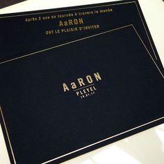 Cartons d'invitation pour AaRON !!! papier d'édition noir 500gr et gravure or ♫♪ – en train d'écouter #AaRON #sallepleyel #gold #guest