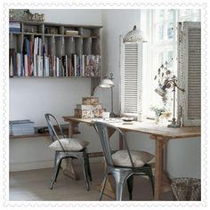 scrivania sotto la finestra