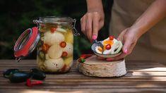 Nakládaná vejce v pikantním nálevu Pickles, Cucumber, Vegetables, Turmeric, Vegetable Recipes, Pickle, Zucchini, Veggies, Pickling