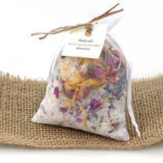 Badesalz mit verschiedenen Blüten und ätherischen Ölen.