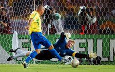 Depois de dois anos sem jogar pela seleção, Ronaldo voltou em 2002 para o grande compromisso: a Copa do Mundo. Com uma imensa cicatriz no joelho, ...