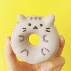 Look at these fun cakes and bakes celebrating that super sweet kitty cat, Pusheen.Pusheen Monocle Cat CakeWe found this at PS It's Vegan. Cute Donuts, Cute Cookies, Delicious Donuts, Yummy Food, Macarons, Pusheen Cakes, Pusheen Birthday, Yummy Treats, Sweet Treats