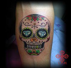 Tatoueuse spécialisée en dessins personnalisés . Tattoos noir et blanc ,couleur,neo trad ,neotraditionnel ,dot work ,skull ,,la vérité est ailleurs bordeaux ,salon de tatouage à bordeaux centre ,tatouage bordeaux ,bordeaux tattoo