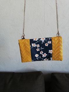 Compagnon Complice en simili jaune et coton fleurs blanches cousu par Ac Ac - Patron Sacôtin