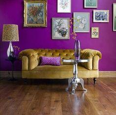 Oho, löysin mitä etsin! Upea yhdistelmä violetti seinä ja kultainen (?) tuoli, joka vois olla hiiiiieman keltaisempikin.