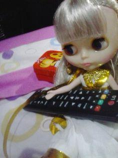 Nefertiti intentando encender la tele