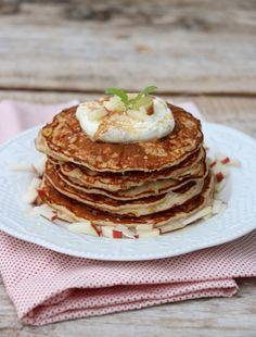 Eplepannekaker til lunsj idag kanskje? Desse passer like godt til frukost som kveldsmat også. Small Meals, Scones, Panna Cotta, Pancakes, Sweets, Lunch, Dessert, Baking, Breakfast