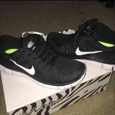 Womens Nike free 5.0 Like new ✔️nike running shoes.. Black and white size 7 perfect condition Nike Shoes